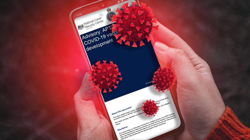 一個人在電話上閲讀英國國家網絡安全中心安全公告,周圍是冠狀病毒傳播的插圖