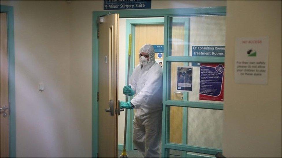عملية تعقيم لمركز طبي أغلق في مدينة برايتون البريطانية