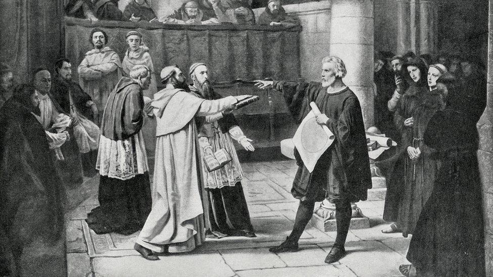 Galileo Galilei ante el tribunal de la Inquisición.