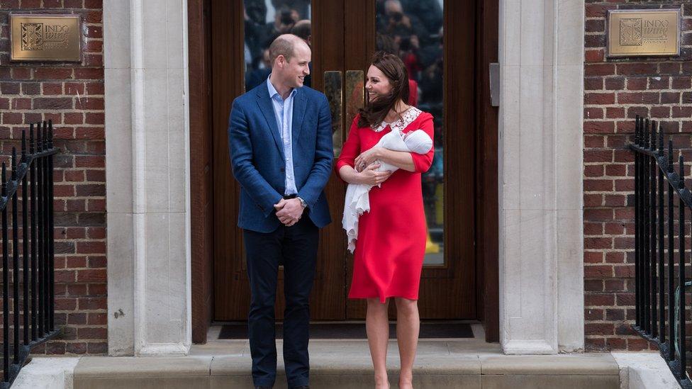 Los duques de Cambridge, William y Kate, con su recién nacido