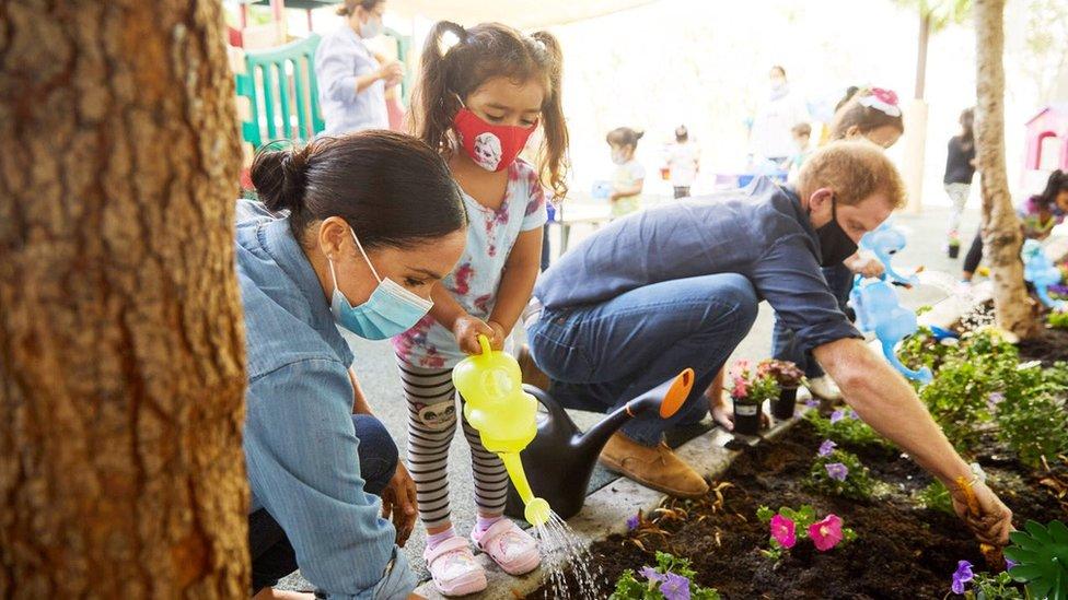 Harry y Meghan, colaborando en un jardín infantil en Los Ángeles, California, agosto 2020