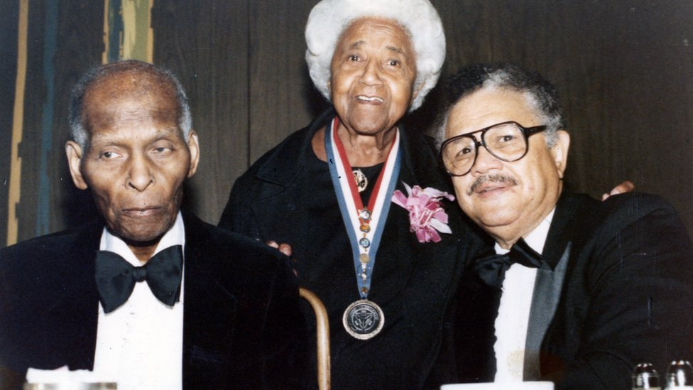 Dorsey junto a la activista de los derechos civiles Marjorie Stewart Joyner y el periodista Vernon Jarrett en un evento de 1990.