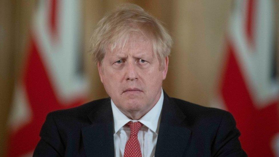 İngiltere Başbakanı Boris Johnson Pazar günü düzenlediği basın toplantısında ilave tedbirler konusunu gelecek 24 saat içinde ciddi biçimde düşüneceğini söyledi.