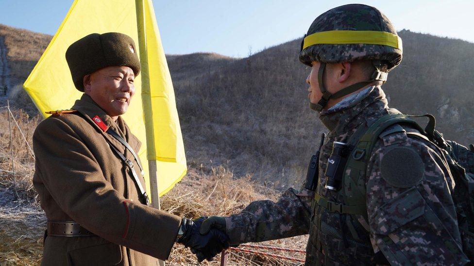 Vojnici se rukuju