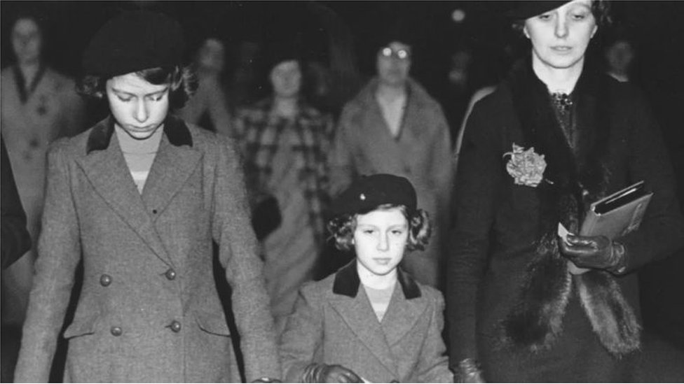 كانت كراوفورد مربية للأميرتين إليزابيث ومارغريت وكشفت لهما عن جوانب من الحياة العادية خارج القصر