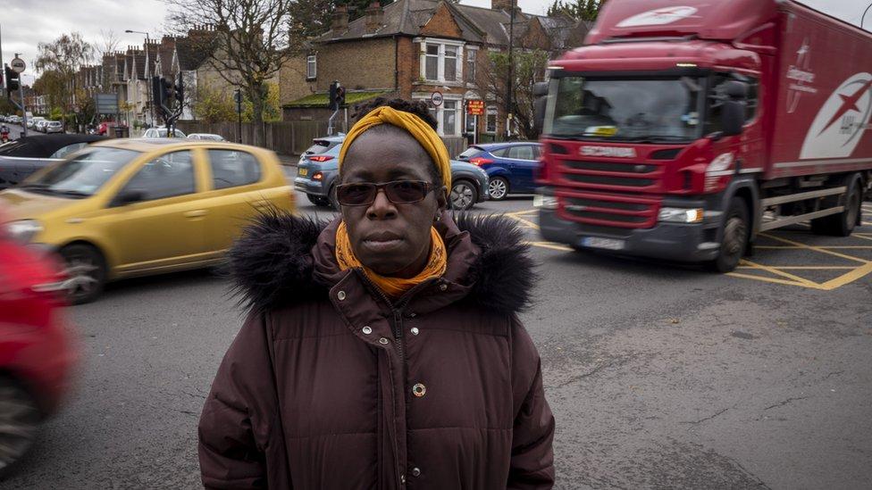 Rosamund Adoo-Kissi-Debrah frente a la avenidad circunvalar A205, en le sureste de Londres