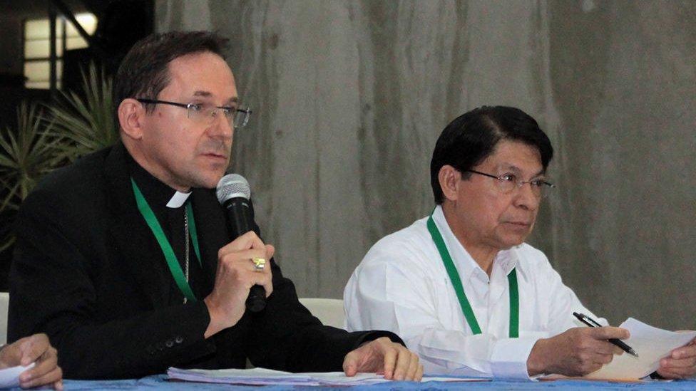El nuncio Waldemar Sommertag junto al canciller de Nicaragua, Nelson Moncada, en una sesión del diálogo.