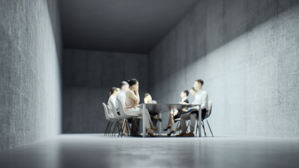 Una reunión en un bunker