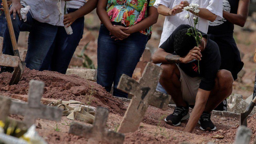 Personas en un cementerio