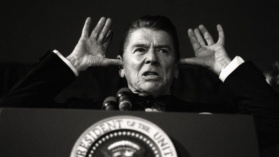 ريغان في خطاء أثناء عشاء المصورين في البيت الأبيض - مايو/أيار 1983