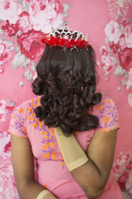 面部被假髮遮擋的孟加拉國女性