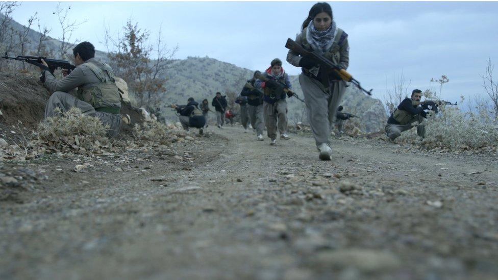 مجندات كومالة يتدربن في جبال كردستان العراق