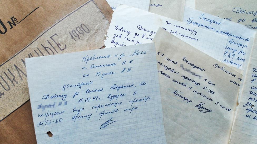 """Dva эtaža zabrošennogo zdaniя, v kotorom nahodilosь upravlenie kolhoza """"Maяk"""", zavalenы arhivnoй dokumentacieй"""
