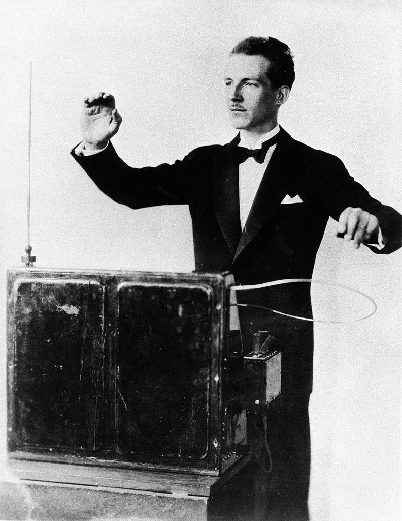 Leon Theremin tocando su invención en los años 30.