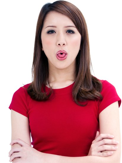 Mujer con la lengua trabada.
