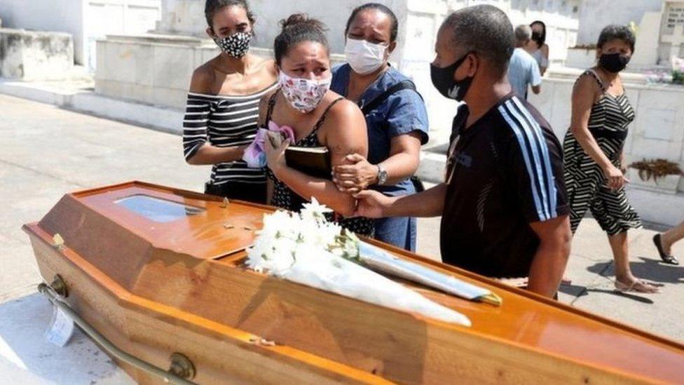 Enterro de vítima de covid no Rio
