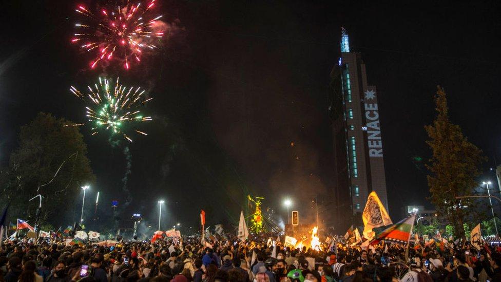 Celebraciones en Santiago, Chile, con la torre de Telefónica iluminada con el cartel RENACE