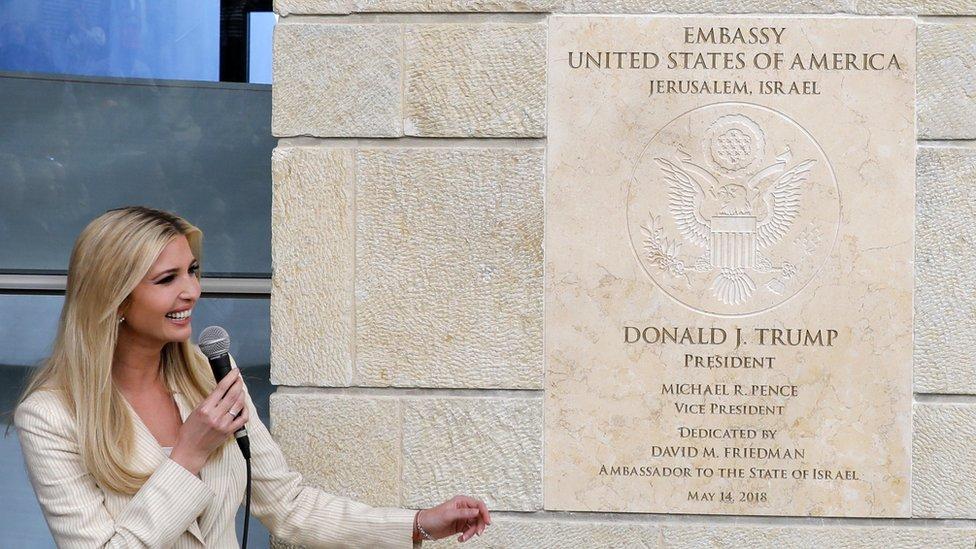 Ivanka Trump frente a la placa que conmemora la inauguración de la embajada de EE.UU. en Jerusalén