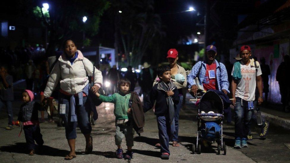 Migrantes que caminan hacia Ciudad de México.