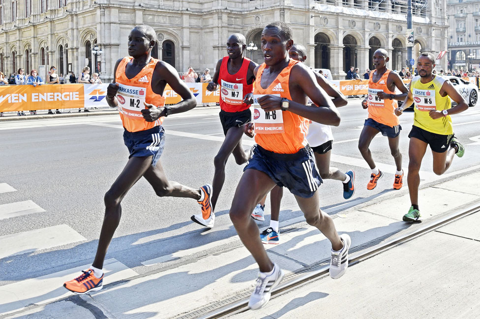 Corredores de maratón keniatas y etíopes