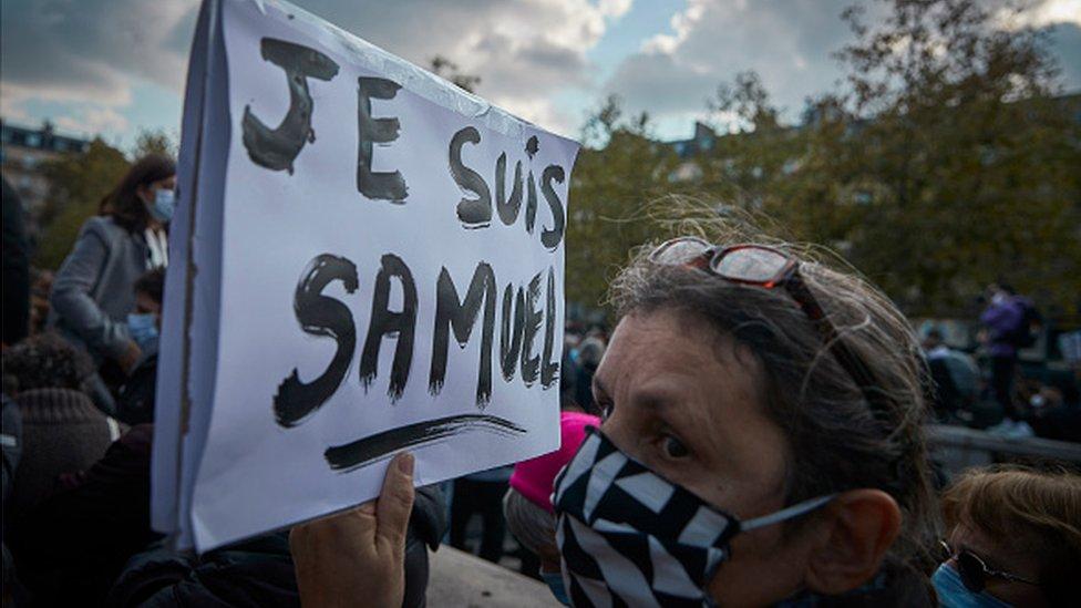 demonstrant s transparentom na kome piše Ja sam Samuel