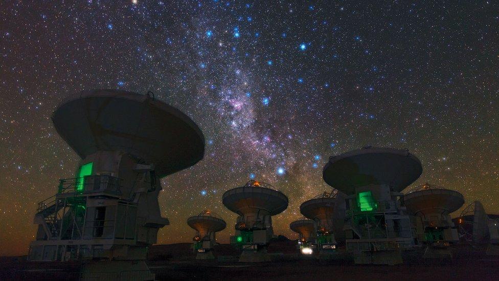 La pelea estelar fue captada por el telescopio ALMA, ubicado en Atacama, Chile.