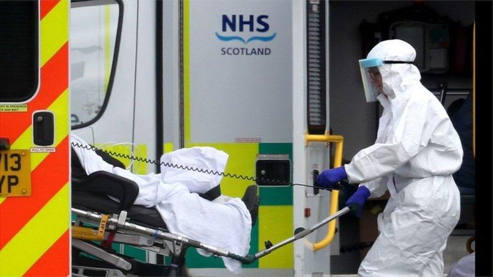İngiltere'de hastaneye kaldırıla bir Covid-19 hastası