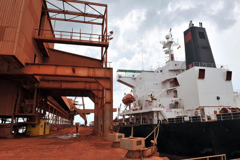 Un barco es cargado con bauxita