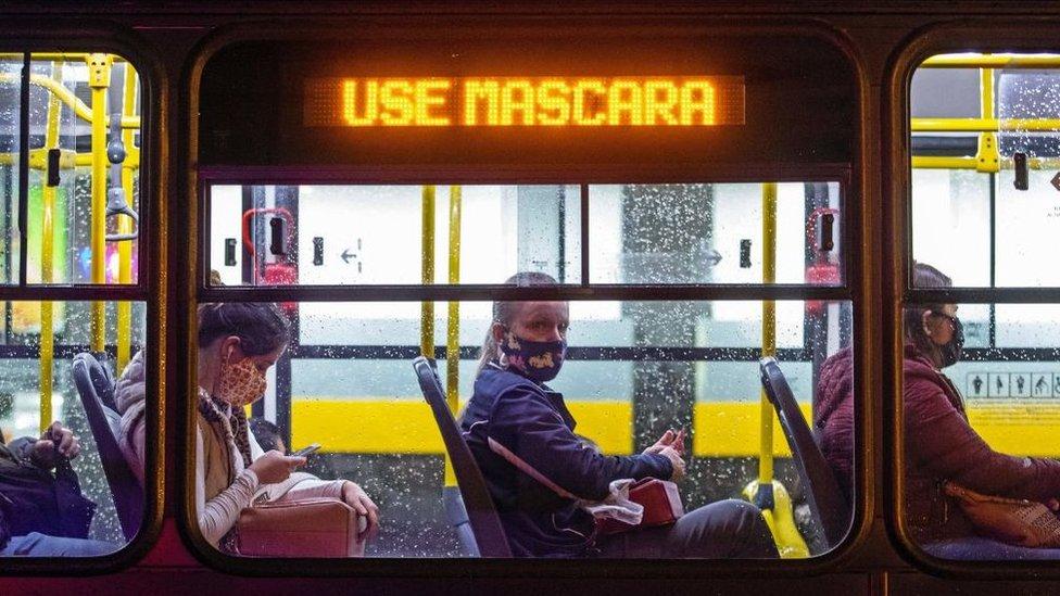 Mulher em ônibus em Curitiba