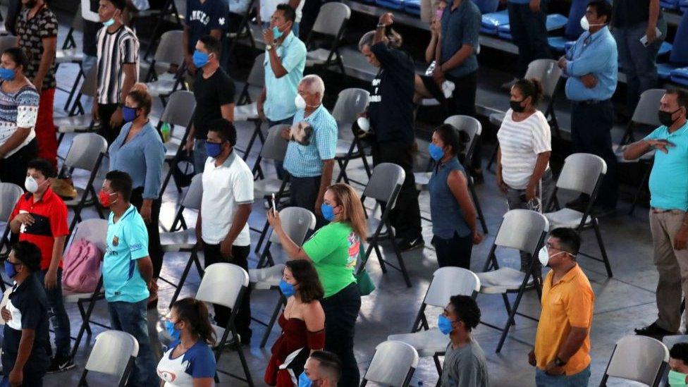 Asistentes a un evento deportivo en Nicaragua cantan el himno nacional