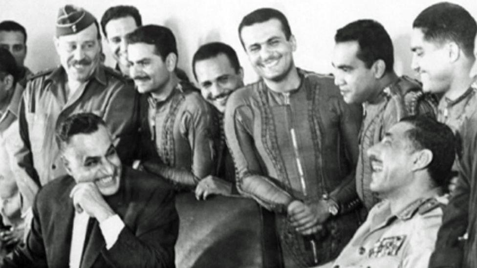 صورة يعود تاريخها لـ 22 مايو 1967 وفيها عبد الناصر مع طيارين مصريين في قاعدة بير جفجافة الجوية في سيناء