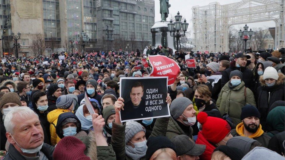 Personas participan en una protesta no autorizada en apoyo del líder de la oposición rusa y activista anticorrupción Alexei Navalny, en Moscú, Rusia, el 23 de enero de 2021
