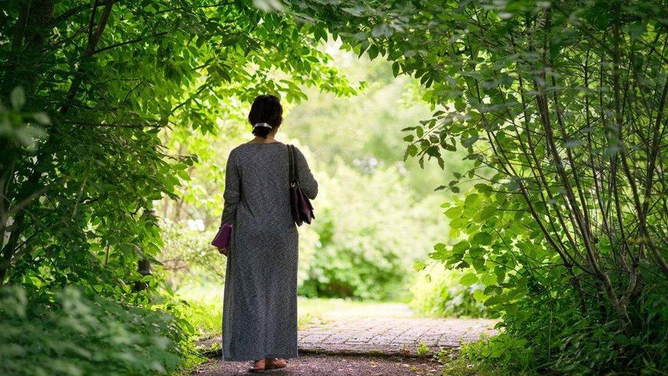yürüyüş yapan kadın
