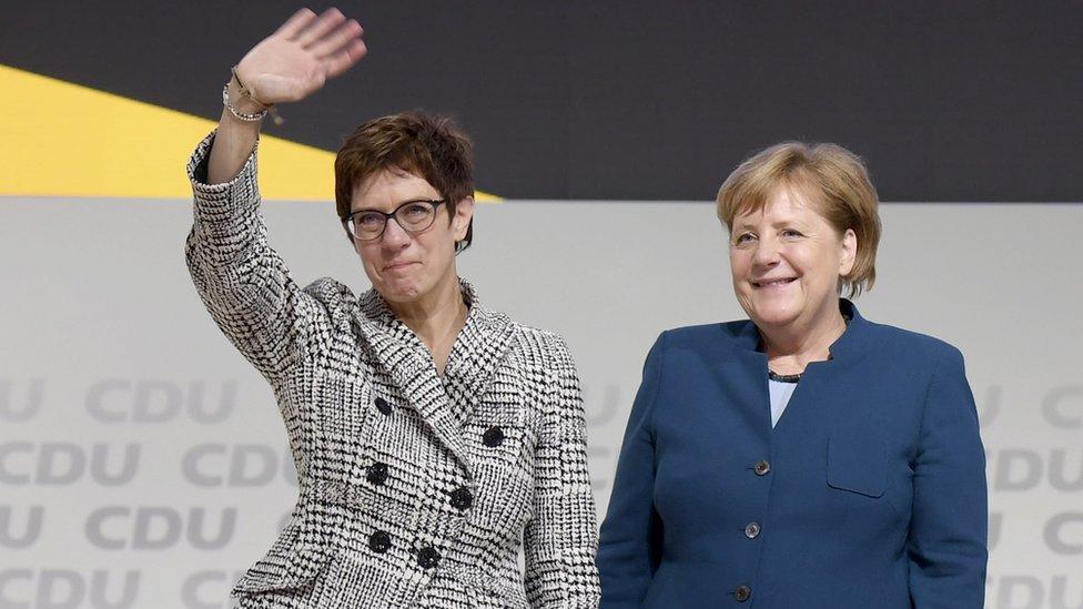 Anegret Kramp-Karenbauer (levo) pored nemačke kancelarke Angele Merkel