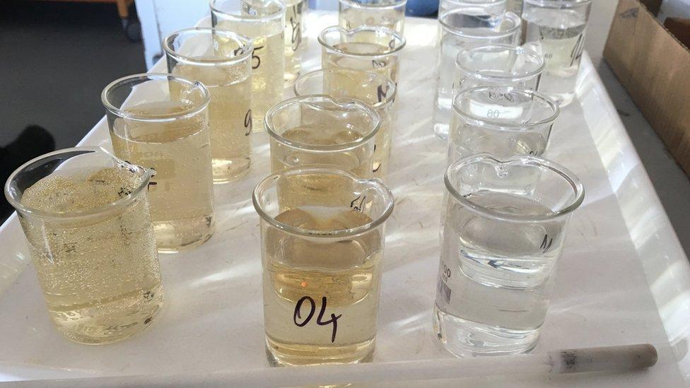 Voda u laboratorijskim posudama