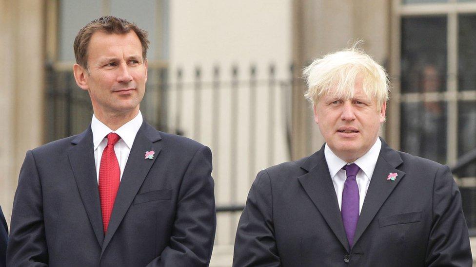 Потомок короля против сына адмирала. За пост британского премьера бьются выходцы из старой элиты