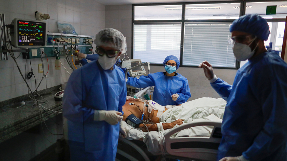 Personal médico atiende a un paciente de coronavirus en Buenos Aires