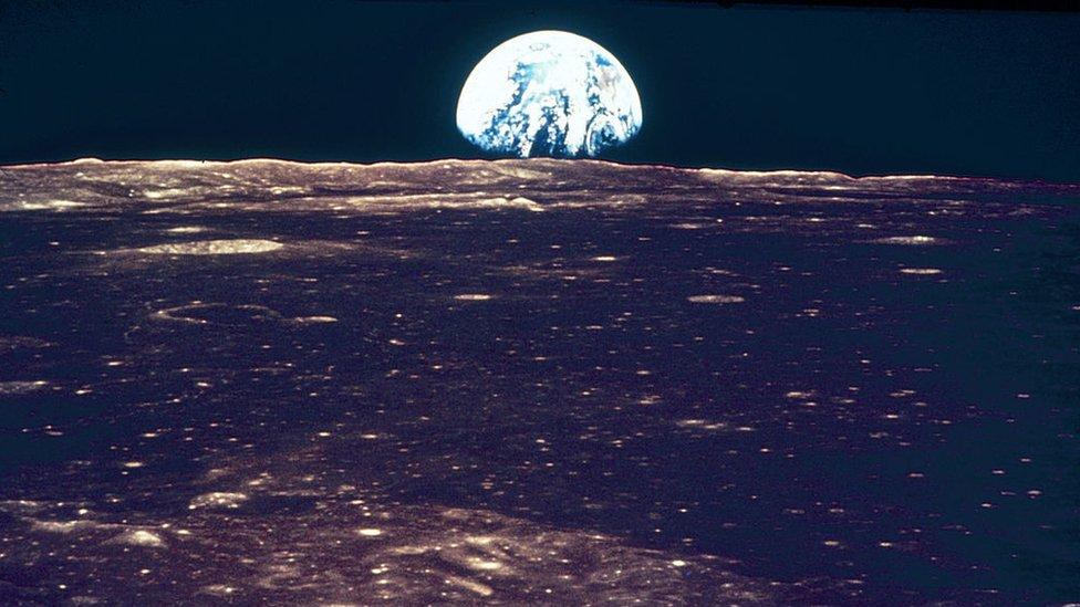 Foto de la Tierra y la Luna tomada por los astronautas del Apolo 11.