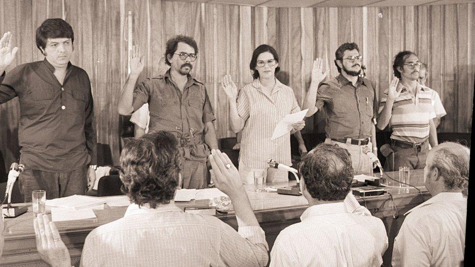 Primera Junta de Gobierno de Reconstrucción nacional de Nicaragua: Sergio Ramírez, Daniel Ortega, Violeta Barrio de Chamorro, Alfonso Robelo y Moisés Hassan.