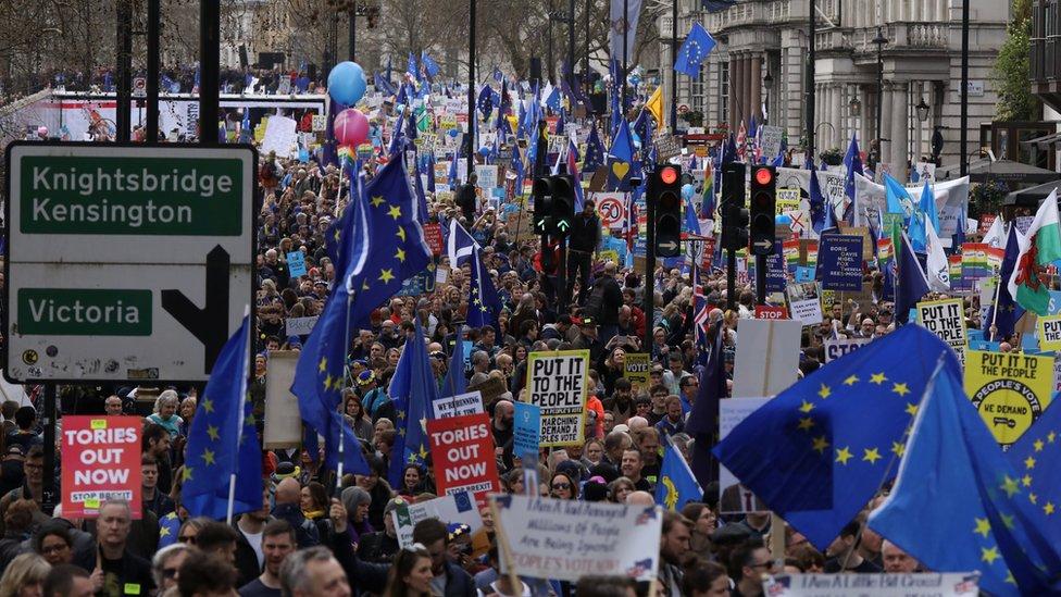 مشاركون في المسيرة