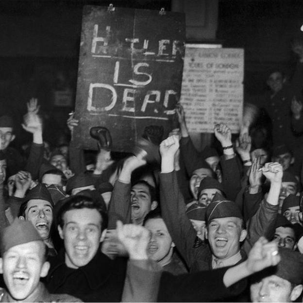merayakan kematian Hitler