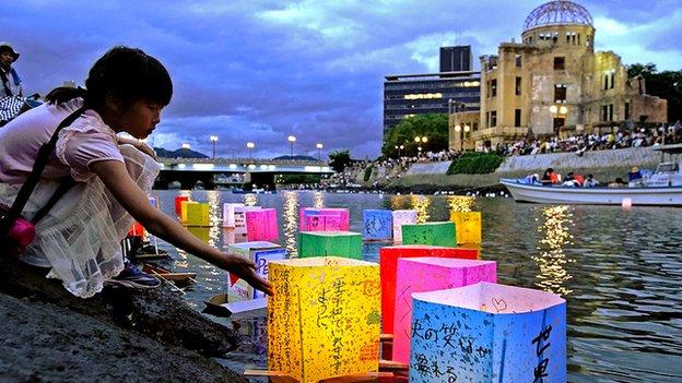 المصابيح تضيء نهر موتوياسو بجوار قبة القنبلة الذرية في هيروشيما في عام 2019 إحياء لذكرى القصف
