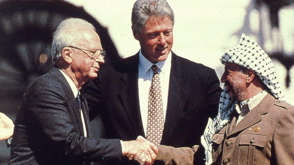 पूर्व अमरीकी राष्ट्रपति बिल क्लिंटन और इसराइली प्रधानमंत्री यित्ज़ाक रूबिन के साथ यासिर अराफ़ात