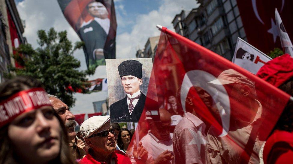 Personas celebrando el aniversario del nacimiento de la República en Estambul.