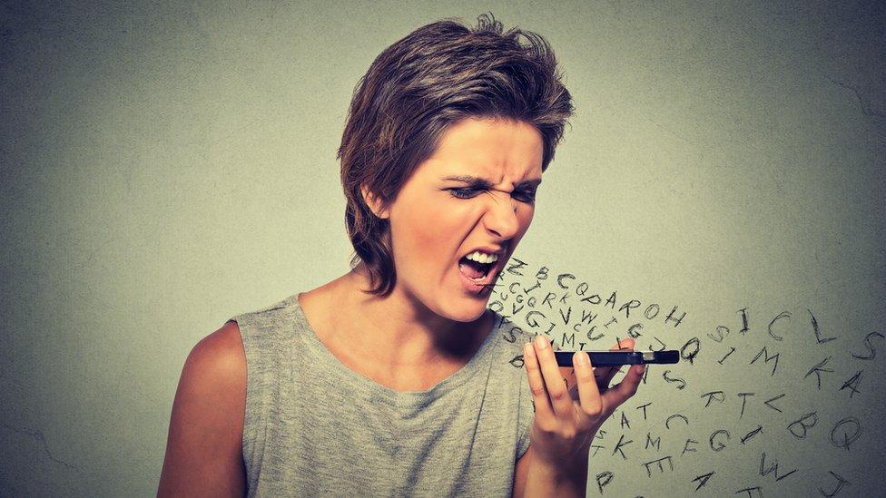 Mujer enviando mensaje de voz