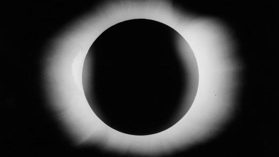 El eclipse solar de 1919. Foto tomada por Arthur Eddington