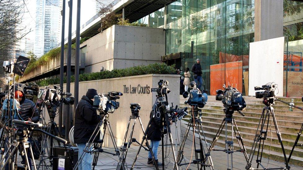 وسائل الاعلام أمام مبنى المحكمة في جلسة الاستماع لمنغ