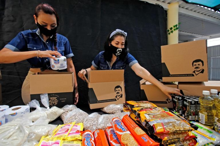 Ayuda de alimentos y productos sanitarios con el rostro de Guzmán.
