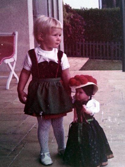 Julie vestida con un traje típico alemán en 1969, en Sao Paulo.