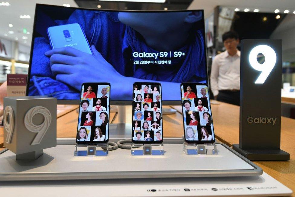 La competitividad en el mercado de los teléfonos celulares está marcada por el perfeccionamiento de los productos de aquellas marcas ya existentes.